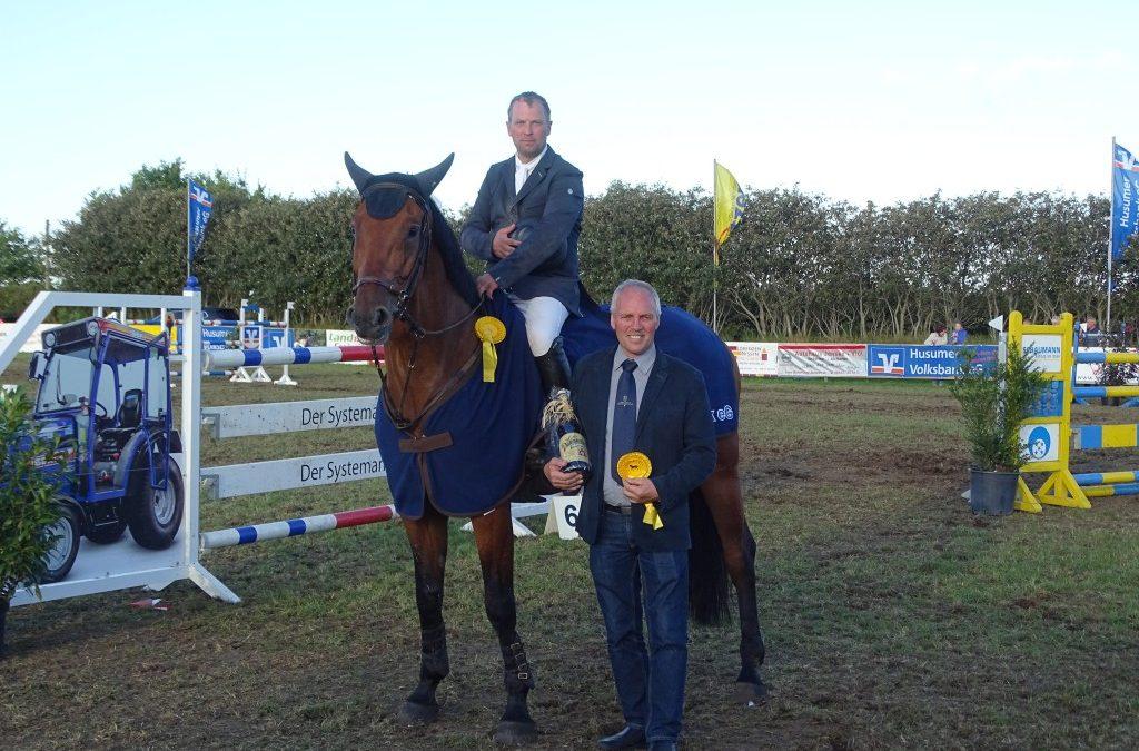 Uwe Jacobs – Züchter von Connor mit Reiter Gordon Paulsen – Sieger Final-Qualifikation Holsteiner Schaufenster Züchterpreis in Behrendorf
